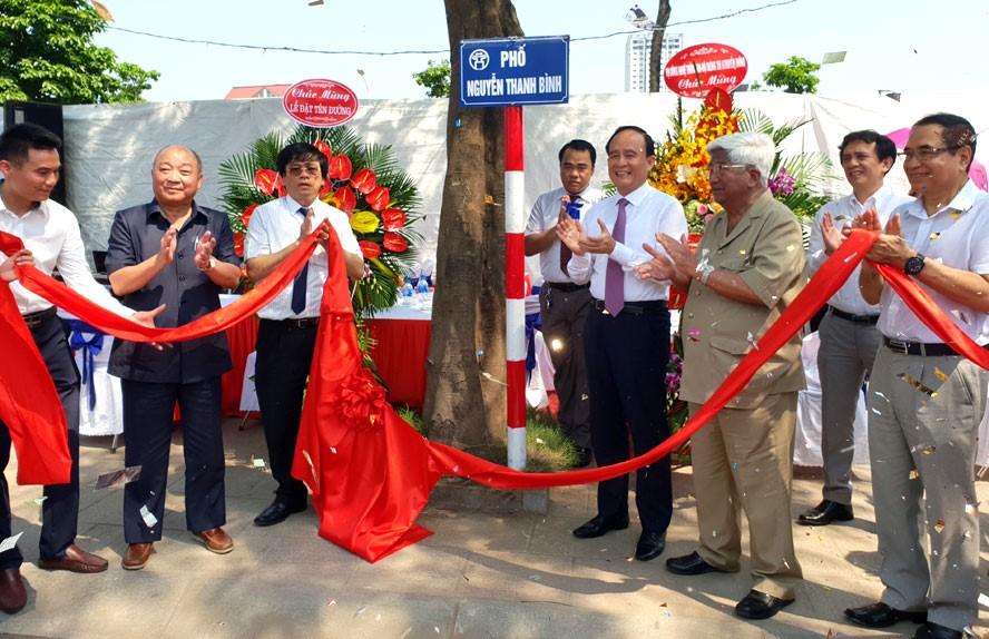 Buổi lễ gắn biển phố Nguyễn Thanh Bình